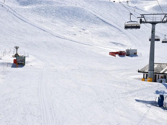 Zwei Skifahrer verletzen sich auf der Piste schwer