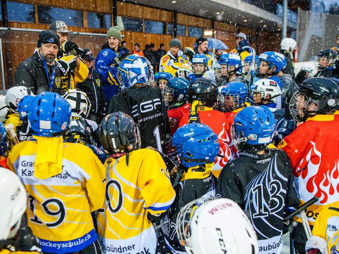 Auf elf Südostschweizer Eisfeldern die Hockey-Stars treffen