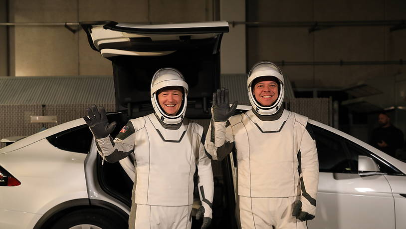 Die Astronauten Doug Hurley (links) und Bob Behnken vor einem Tesla-Elektroauto im Kennedy Space Center in Florida. (Archivbild)