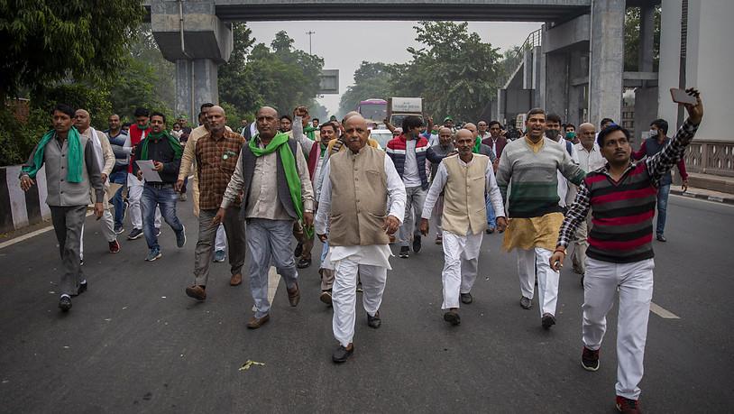 Eine Gruppe indischer Bauern protestiert auf dem Weg zum Wohnsitz des regierenden Mahesh Sharma der Bhartiya Janata Partei. Indische Bauern reichten beim Obersten Gerichtshof eine Petition ein, in der sie die Aufhebung von drei neuen Gesetzen zur…