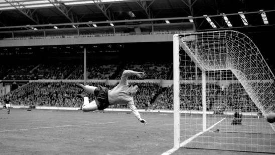 Gordon Banks - ein Held, der fliegen konnte. Legendär an diesem Foto: Banks trug in dieser Szene keine Handschuhe