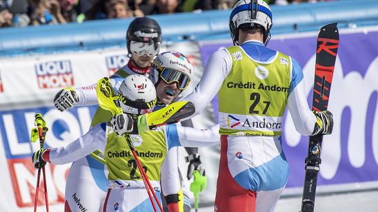 Wendy Holdener herzt Daniel Yule, nachdem dieser den entscheidenden Punkt gegen Norwegen eingefahren hat