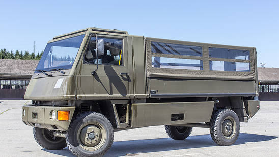 Ein Unfall mit einem Duro-Transportfahrzeug der Armee hat am Freitag mehrere Verletzte gefordert. (Archivbild)