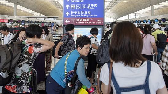 Anstehen am Check-In-Schalter: Am Hongkonger Flughafen wurde der Betrieb wieder aufgenommen.