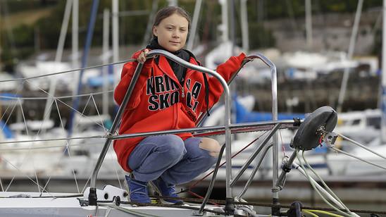 Greta Thunberg posiert in Plymouth vor der Abfahrt auf der Hochseejacht