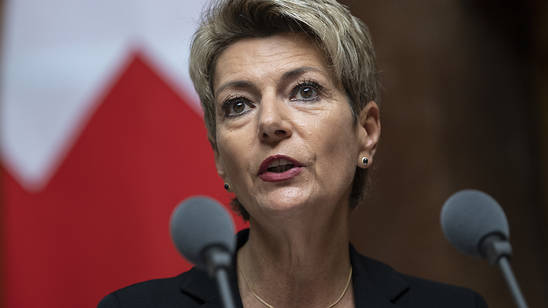 Justizministerin Karin Keller-Sutter wird sich im Ständerat gegen neue Haftungsregeln für Unternehmen einsetzen. Konzerne sollen nicht haften, wenn ihre Tochtergesellschaften im Ausland Menschenrechte oder Umweltstandards verletzen. (Archivbild)
