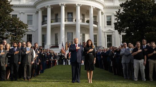 US-Präsident Donald Trump, First Lady Melania Trump und zahlreiche Überlebende und Angehörige der Opfer gedenken vor dem Weissen Haus der Opfer der Terroranschläge vom 11. September 2001.