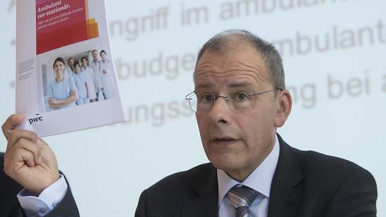 Der FMH-Präsident Jürg Schlup hat eine Aufstockung der Pflichtlager, lokale Produktionen sowie eine Modernisierung beim BAG gefordert. (Archivbild)