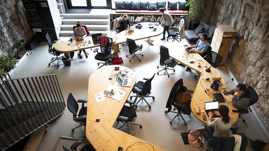 An 60 bis 80 Bahnhöfen in der Schweiz soll es bis 2030 Coworking Spaces geben. Im Bild das Projekt Impact Hub im Zürich Viadukt in Zürich. (Archivbild)