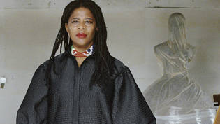 HANDOUT - Die Künstlerin Simone Leigh in den Stratton Sculpture Studios. Foto: Shaniqwa Jarvis/Courtesy of the Simone Leigh and Hauser  Wirth via Boston's Institute of Contemporary Art/AP/dpa - ACHTUNG: Nur zur redaktionellen Verwendung im Zusammenhang…