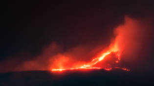 Lava läuft am Krater des Vulkan Ätna nach einer Eruption hinunter. Foto: Davide Anastasi/LaPresse via ZUMA Press/dpa