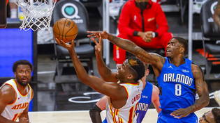 Clint Capela (mitte) in Aktion gegen Dwayne Bacon von Orlando Magic