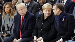 Vertraulichkeiten an der Gedenkfeier zum 100. Jahrestag des Endes des Ersten Weltkrieges am Arc de Triomphe in Paris. Von links nach rechts: US First Lady Melania Trump und ihr Gatte Donald, rechts von diesem die deutsche Kanzlerin Merkel in…