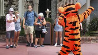 Willkommen mit Schutzmaske: Tigger begrüsst Gäste beu der Wiedereröffnung des Magic Kingdom in Walt Disney World in Lake Buena Vista, Florida.