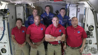 HANDOUT - Der Bildausschnitt von NASA-TV zeigt die Crew von SpaceX Dragon (vorne,l-r), Shannon Walker, Victor Glover, Mike Hopkins und Soichi Noguchi sowie die Crew der Internationalen Raumstation (hinten,l-r) Kate Rubins, Expedition 64-Kommandeur Sergey…
